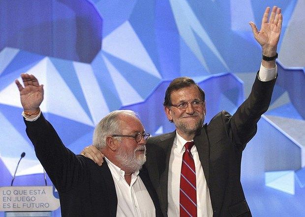 Испанские консерваторы - премьер-министр Мариано Рахой и министр сельхозяйства и депутат Мигель Ариас Каньете - празднуют победу