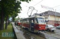 Припарковані на рейках автомобілі заблокували рух трамваїв на Верхньому Валу в Києві