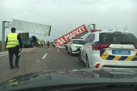 Автокран сбил рекламную арку на Кольцевой дороге во Львове