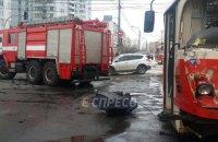 На Харьковском шоссе в Киеве трамвай столкнулся с грузовиком и сошел с рельсов