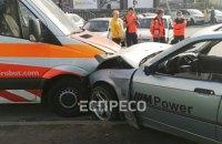 """На Оболоні в Києві Suzuki не пропустив BMW: постраждала """"швидка"""", одне авто загорілося"""