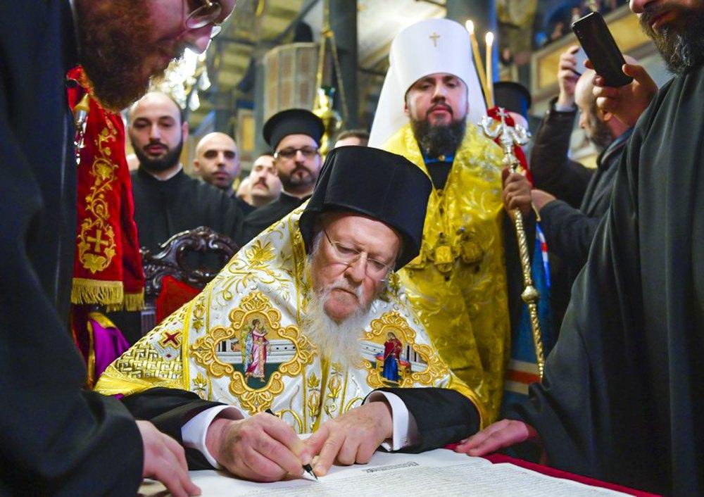 Вселенський Патріарх Варфоломій підписує Томос про автокефалію в церкві Святого Георгія в Стамбулі, 5 січня 2019 року