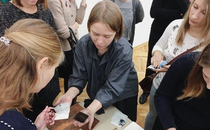 Анна Ходькова проводить майстер-клас з гравюри в Національному художньому музеї України