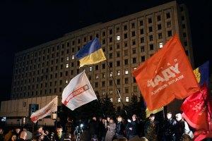 У здания ЦИК продолжают протестовать около 200 человек