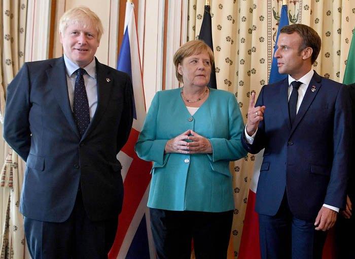 Зліва-направо: прем'єр-міністр Великобританії Борис Джонсон, канцлер Німеччини Ангела Меркель та президент Франції Еммануель Макрон на саміті G7 в Біарріце, 24 серпня 2019.