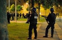 Во Франции демонстранты забросали полицейских горящими покрышками