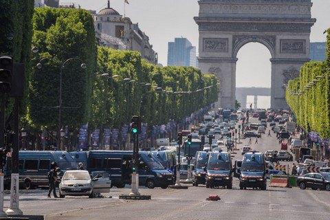 У центрі Парижа автомобіль протаранив поліцейський фургон (оновлено)