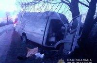 В Киевской области микроавтобус Mercedes врезался в дерево, среди погибших – спасатель ГосЧС (обновлено)