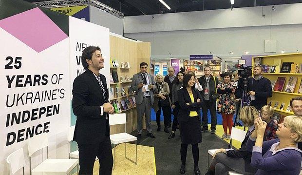 Євген Нищук виступає на книжковій ярмарці