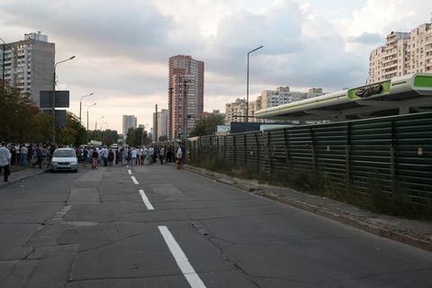 Долю заправки на Ревуцького в Києві, проти якої виступають місцеві жителі, вирішить суд