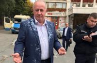 Нардепа Чумака облили кефиром в Черновцах