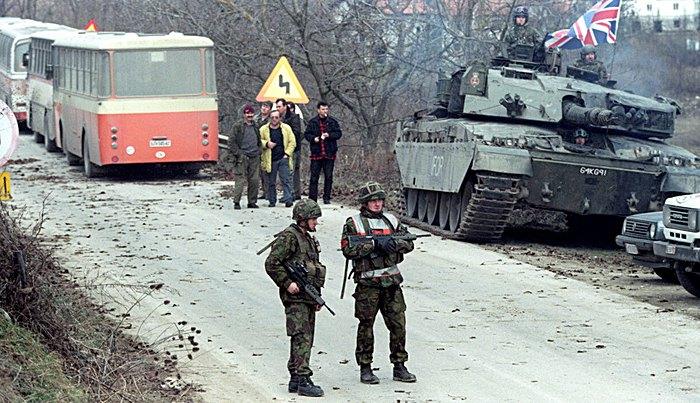 Британські солдати IFOR (Багатонаціональної миротворчої сили у Боснії і Герцеговині під керівництвом НАТО, що мала річний мандат з 20 грудня 1995 по 20 грудня 1996 р.), патрулюють пункт пропуску поблизу Баня-Лука, Боснія та Герцеговина, 15 січня 1996.