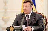 "Янукович поблагодарил женщин за ""необратимые эмоции у мужчин"""