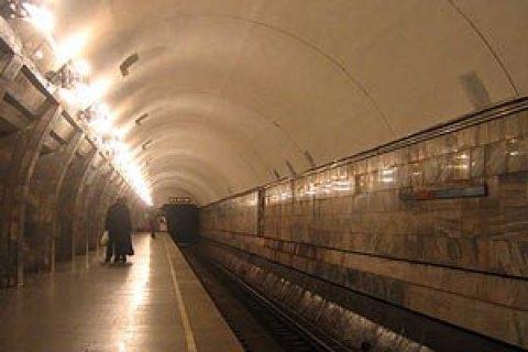 У київському метро чоловік вижив після падіння на рейки