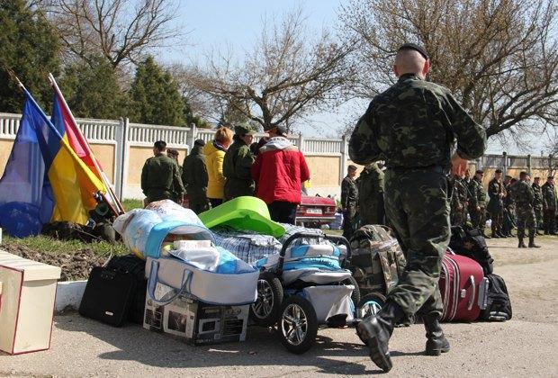 Украинские морпехи узжают из Феодосии на материк