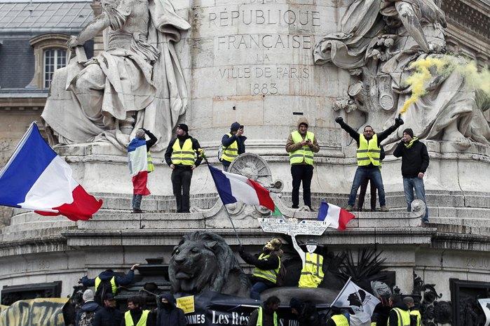«Желтые жилеты» на площади Республики во время протеста в Париже, 02 февраля 2019.