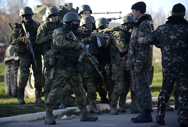 Украинский военнослужащий общается с оккупантами во время штурма военной части части в Бельбеке