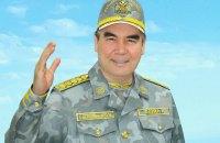 Президент Туркменистана показал военным, как стрелять по мишеням на велосипеде