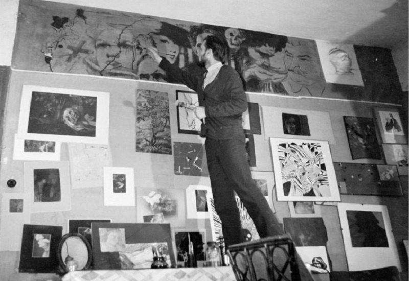 Олег Соколов у своїй квартирі