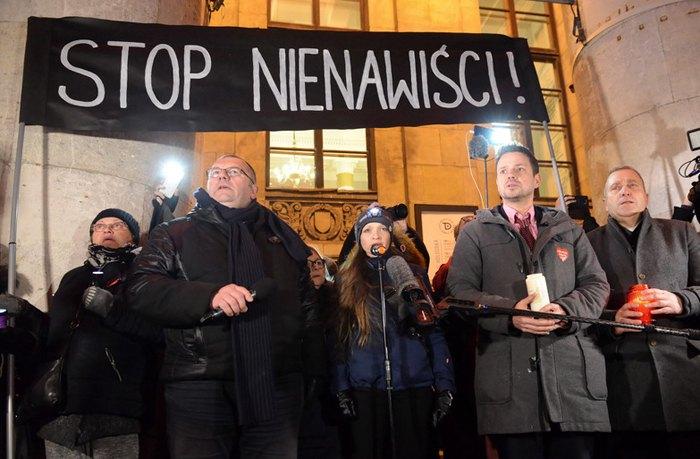 Поляки під час акції *Проти насильства*, організованої в пам'ять про вбитого мера Ґданська Павла Адамовича, Познань, 14 січня 2019.