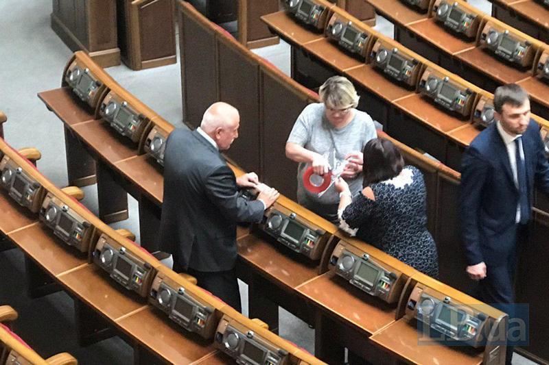 Сотрудники Рады наклеивают новые имена депутатов