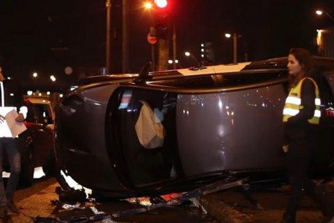 У Києві таксист зніс близько 15 метрів залізної огорожі і перекинувся