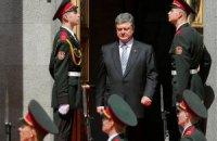 Солдат почетной стражи едва не упал под ноги Порошенко перед инаугурацией