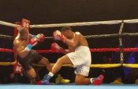Боксеры-профессионалы одновременно отправили друг друга в нокдаун