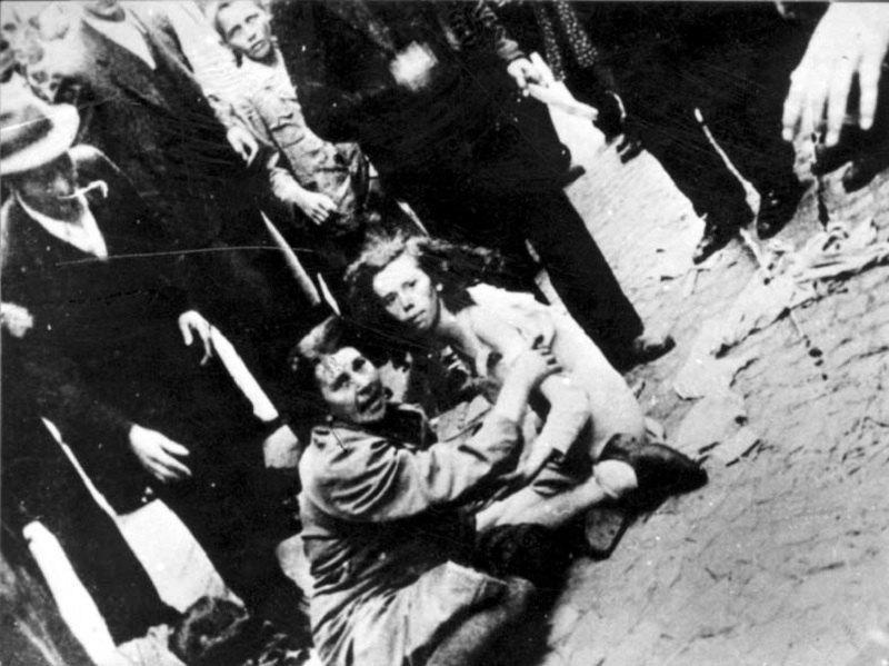 Жінка і дівчина оточені натовпом під час погрому у Львові, 1941