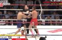 В Японии боксеры отправили рефери в глубокий нокаут спустя 6 секунд после начала поединка