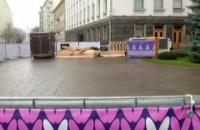 Под Офисом президента начали монтировать общественный каток (обновлено)