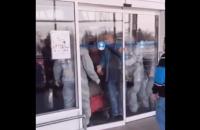 Журналіст оприлюднив відео, як прибулі з В'єтнаму українці чинять опір обсервації та вириваються додому