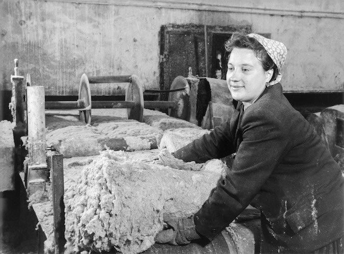 Працівниця заводу мінеральної вати