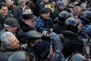 Митингующие пытаются перекрыть движение у Кабмина