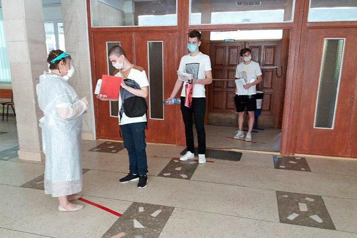 Випускники в черзі на тестування у Солом'янському районі Києва, 26 червня 2020