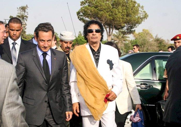 Президент Лівії Муамар Каддафі (в центрi) та президент Франції Ніколя Саркозі (ліворуч) прибувають до палацу Баб-аль-Азізія, Тріполі, Лівія, 25 липня 2007.