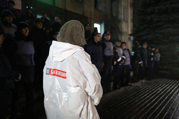 """Эта бабулька в Первомайске подошла к беркутовцам, оцепившим вход в ОВК, и со слезами на глазах сказала: """"Хлопці, вбийте мене, я такого при Радянськiй владі не бачила"""""""