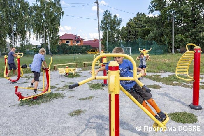 Детвора на спортивной площадке Золочевской громады, Харьковской области