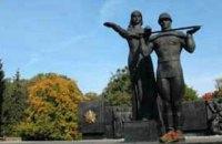 Во Львове повалили 30-метровую стелу Монумента славы