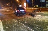 У Києві на Набережному шосе Toyota врізалася в опору шляхопроводу