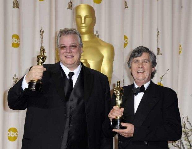 Том Фляйшман (слева) и Джон Мидгли с наградами за «Лучший звук» в фильме «Хранитель времени»