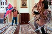 В США задержали мужчину, который штурмовал Капитолий с флагом Конфедерации