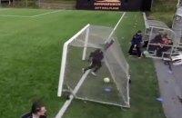 Ветер в помощь: тренера шведской команды во время матча чуть не накрыли футбольные ворота