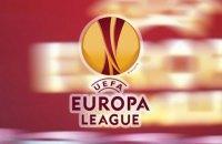 В матче Лиги Европы лайнсмену до крови разбили голову брошенной с трибун бутылкой