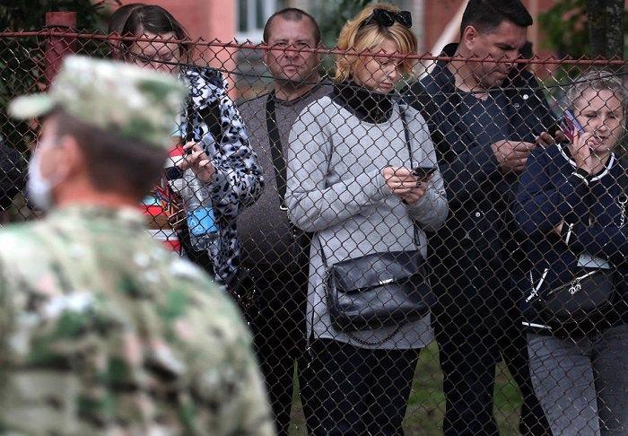 Люди збираються поблизу в'язниці, де утримуються їхні родичі, які брали участь в акціях протесту