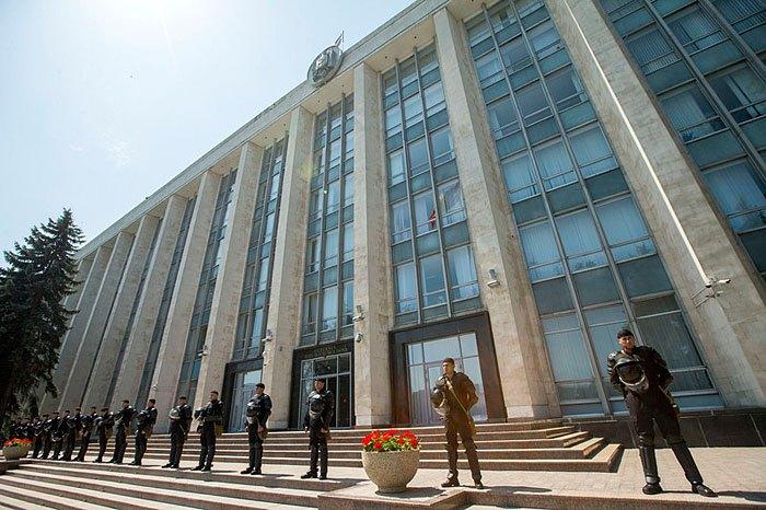 Здание правительства под охраной в Кишиневе, Молдова, 09 июня 2019 года.