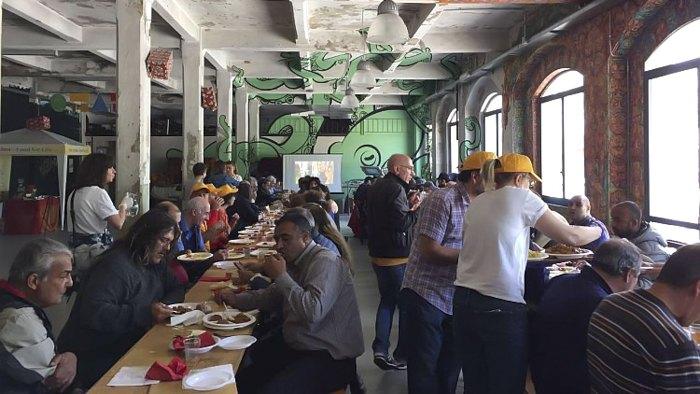 Волонтери роздають обіди безхатькам, Турин, Італія