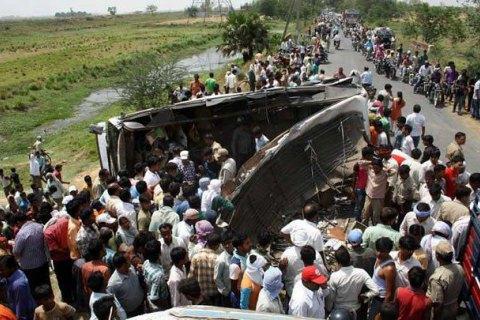 В Індії вантажівка зіткнулася зі шкільним автобусом: 24 жертви