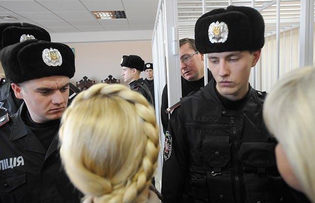 Юлия Тимошенко, через 3 месяца после посещения Юрия Луценко в суде, сама оказалась в СИЗО