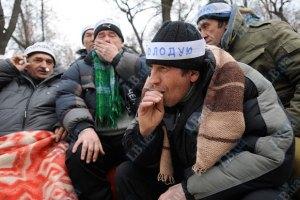 Ряды голодающих под Кабмином чернобыльцев пополнились